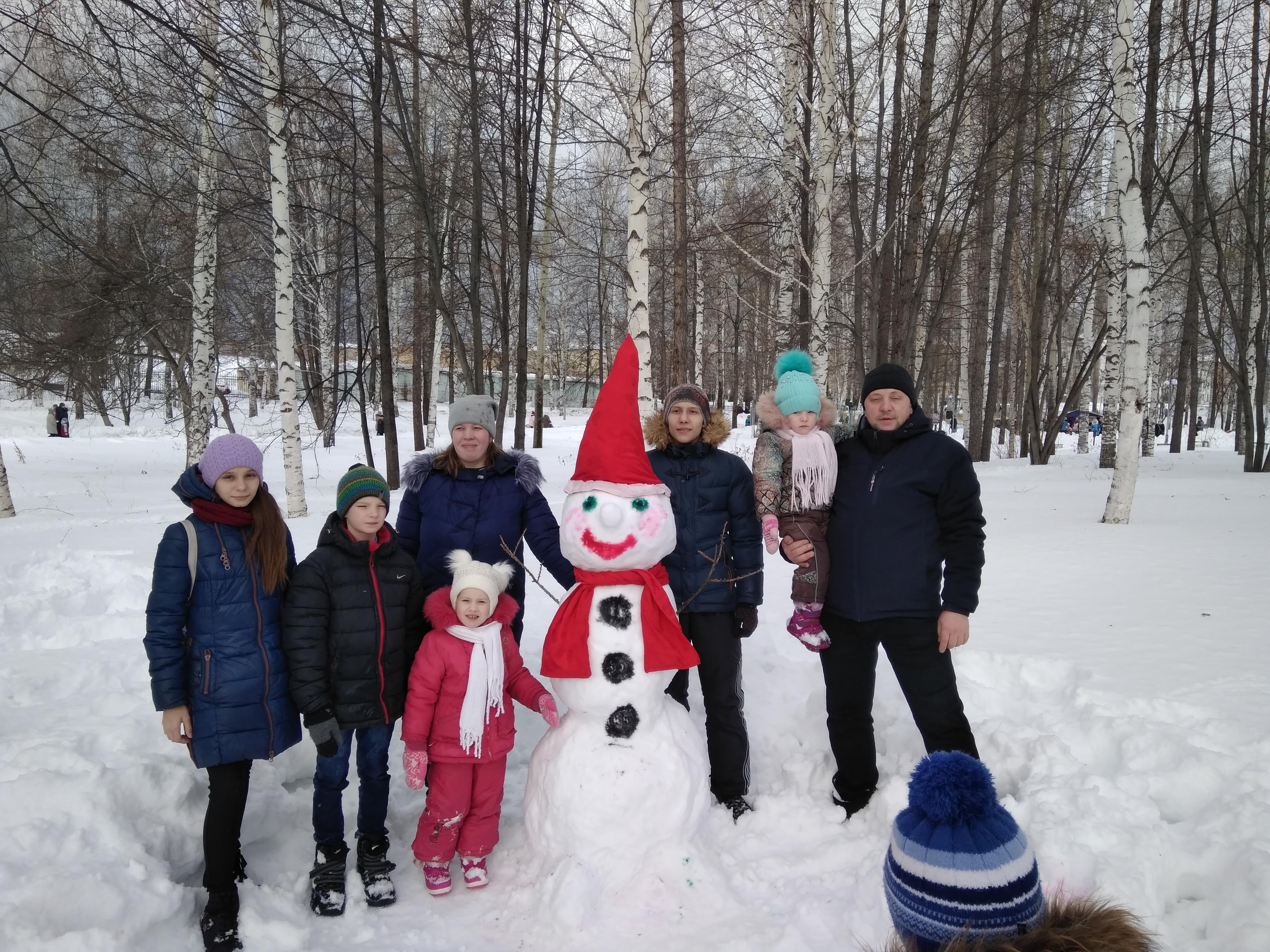"""Многодетная семья Киселёвых и снеговик """"Санта Клаус"""". Слепили самые первые!"""