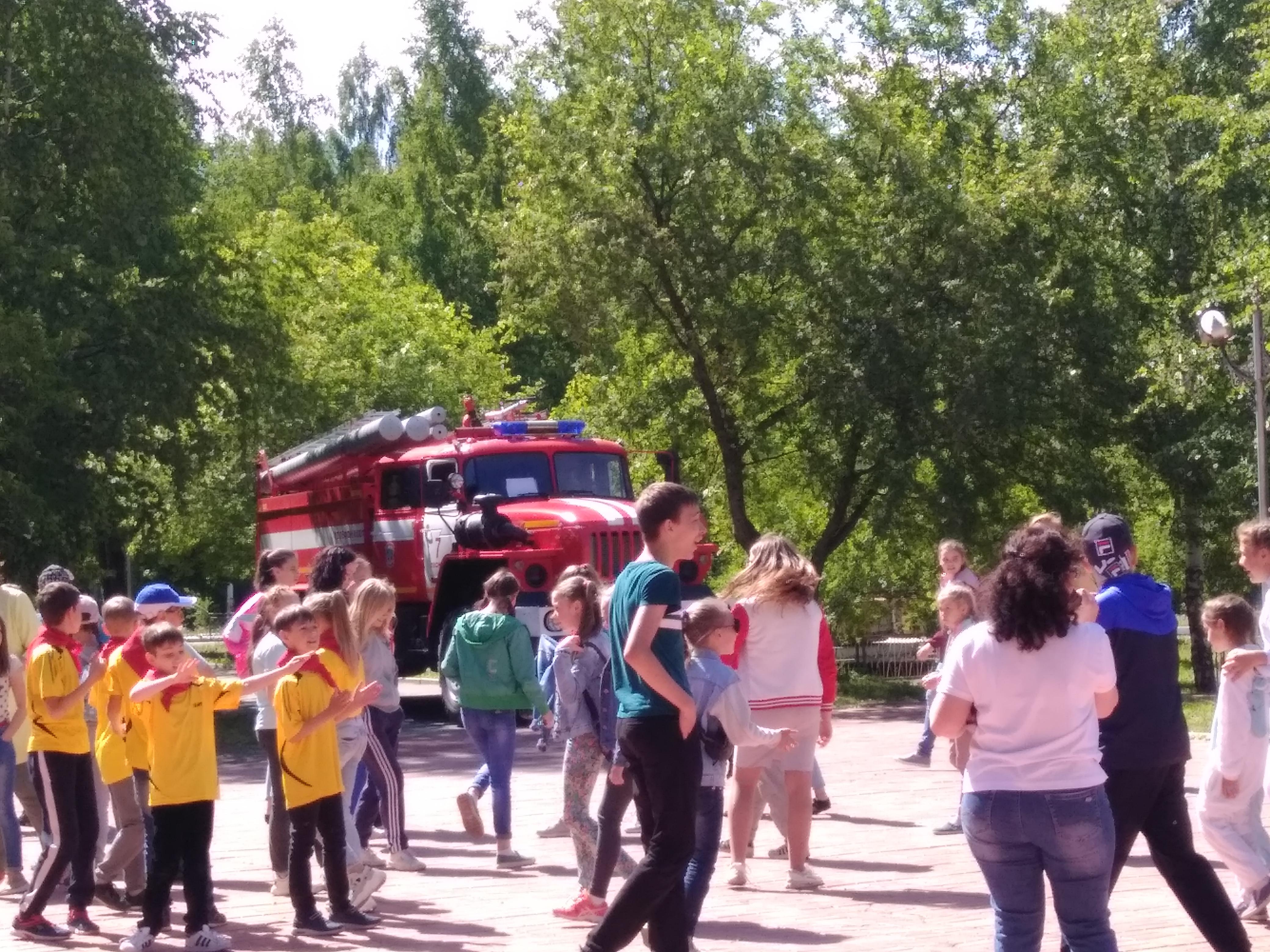 Настоящая пожарная машина всегда вызывает интерес у ребятни