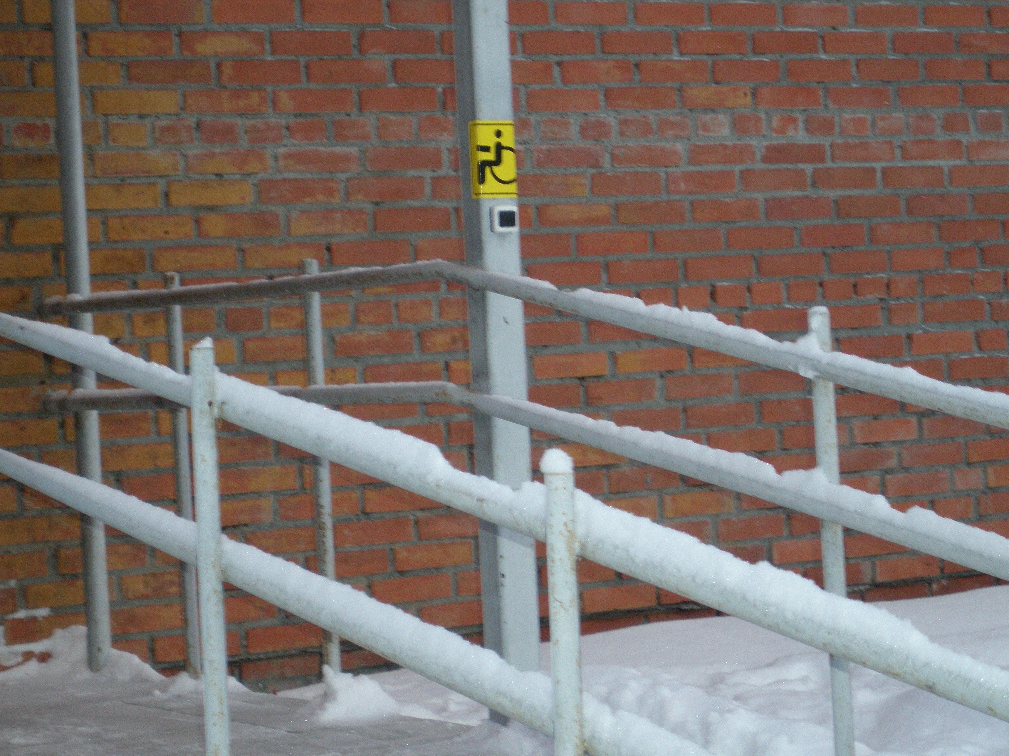 """""""Кнопка вызова"""" с тыльной стороны здания"""